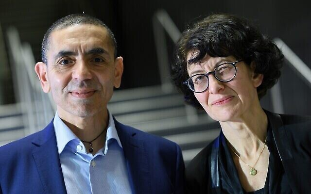 Ugur Sahin et Özlem Türeci, mari et femme et respectivement directeur général et directrice médicale du laboratoire allemand BioNTech, lors de la cérémonie de remise du prix Axel Springer diffusée via Internet, le 18 mars 2021. (Crédit : Bernd von Jutrczenka / DPA via AP, Pool)
