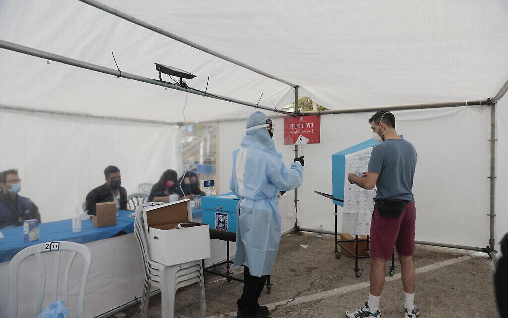 Un bureau de vote spécialement conçu pour les personnes en isolement pendant la pandémie de coronavirus, le   23 mars 2021. (Crédit : AP Photo/Maya Alleruzzo)