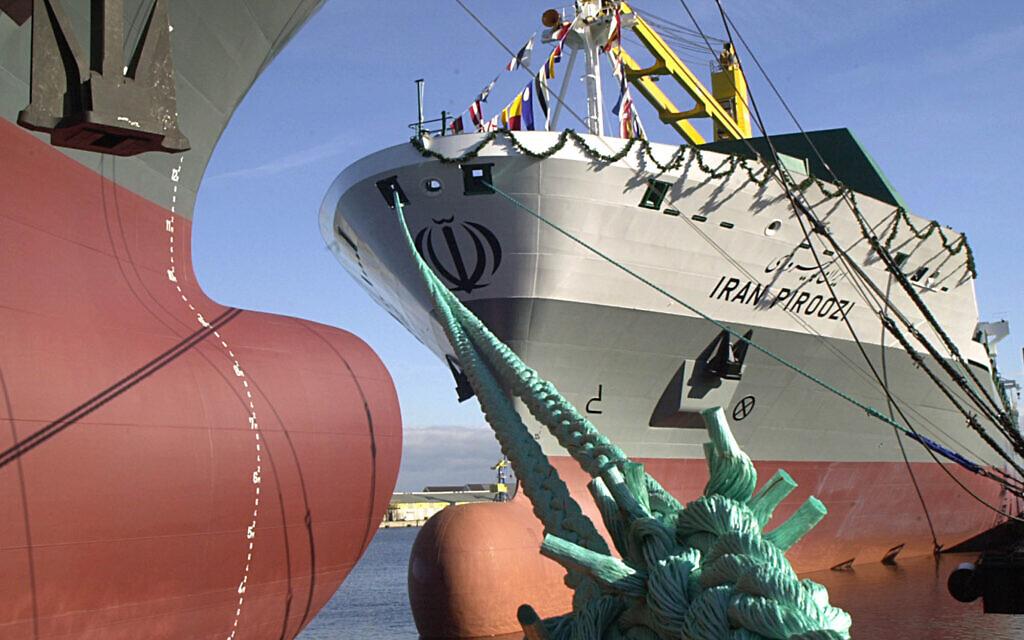 Illustration : Le porte-conteneurs de 207 mètres de long 'IRAN PIROOZI' jette l'ancre sur le quai du chantier naval Aker MTW à Wismar, dans le nord de l'Allemagne, après la cérémonie de remise du nom le vendredi 24 octobre 2003. C'est le premier des six navires de ce type, MTW 2500, à avoir été commandés par la compagnie Shipping Lines de la République islamique d'Iran (IRISL). (Crédit : AP / Thomas Haentzschel)