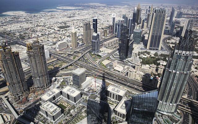 Une vue générale de Dubaï est photographiée depuis la tour Burj Khalifa, le plus haut bâtiment du monde, à Dubaï, aux Émirats arabes unis, le 8 novembre 2016. (AP Photo/Jon Gambrell/File)