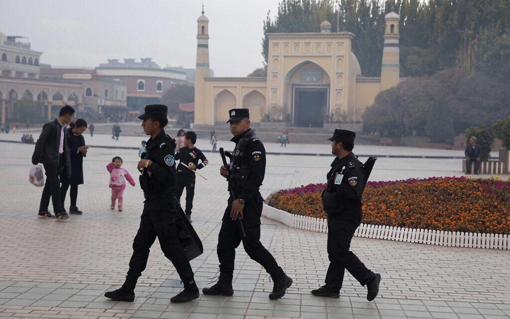 Sur cette photo d'archive du 4 novembre 2017, le personnel de sécurité ouïghour patrouille près de la mosquée Id-Kah à Kashgar, dans la région du Xinjiang, dans l'ouest de la Chine. Depuis 2016, les autorités chinoises de cette région à majorité musulmane du Xinjiang ont mené une campagne de détention massive et d'endoctrinement dans des camps d'internement dans le but déclaré de renforcer la sécurité nationale et d'éliminer l'extrémisme islamique. Le programme semble être une tentative de lavage de cerveau pour réorienter la pensée politique des détenus, effacer leurs croyances islamiques, et même remodeler leur identité. (Photo AP / Ng Han Guan, dossier)