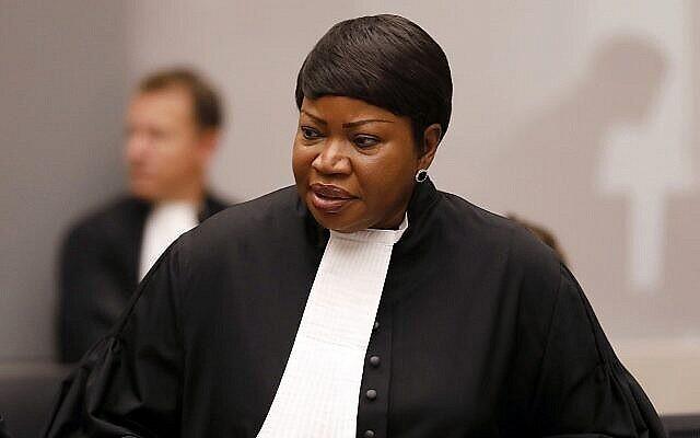 La procureure générale Fatou Bensouda dans la salle d'audience de la Cour pénale internationale (CPI) lors des déclarations de clôture du procès de Bosco Ntaganda, un chef de milice congolaise, à La Haye, Pays-Bas, le 28 août 2018. (Crédit : Bas Czerwinski / Pool via AP)