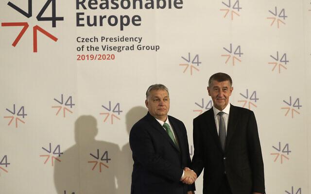 Le Premier ministre de la République tchèque, Andrej Babis, à droite, accueille son homologue hongrois Viktor Orban, à gauche, au Musée national de Prague, en République tchèque, le jeudi 16 janvier 2020 (Crédit : AP Photo / Petr David Josek)