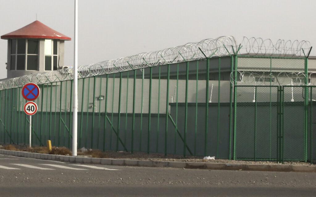 Sur cette photo d'archive du lundi 3 décembre 2018, une tour de garde et une clôture de barbelés entourent un centre de détention dans le parc industriel de Kunshan à Artux, dans la région du Xinjiang, dans l'ouest de la Chine. L'Associated Press a découvert que le gouvernement chinois mène un programme de contrôle des naissances dans les populations ouïghoures, kazakhes et d'autres minorités largement musulmanes du Xinjiang, alors même qu'une partie de la majorité Han du pays est encouragée à avoir plus d'enfants. Les mesures comprennent la détention dans des prisons et des camps, comme cet établissement à Artux, comme punition pour avoir eu trop d'enfants. (Photo AP / Ng Han Guan, dossier)