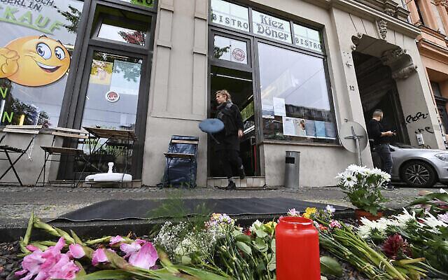 Des fleurs et des bougies en mémoire de la victime d'un attentat d'extrême-droite en 2019 devant le restaurant de kebab où le meurtre a eu lieu, à Halle, en Allemagne, le 9 octobre 2020. (Crédit : Hendrik Schmidt / dpa via AP)