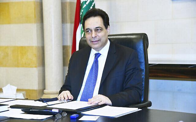 Sur cette photo publiée par le photographe officiel du gouvernement libanais, le Premier ministre par intérim du Liban, Hassan Diab, assiste à un entretien avec l'Associated Press au palais du gouvernement, à Beyrouth, au Liban, le 29 décembre 2020. (Crédit : Dalati Nohra via AP)