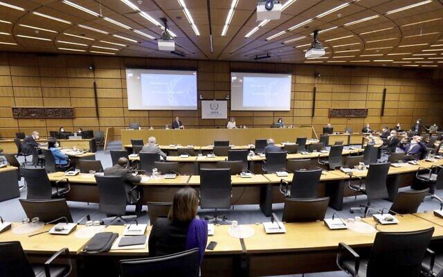Le directeur général de l'Agence internationale de l'énergie atomique (AIEA), Rafael Mariano Grossi, arrive pour le début de la réunion du conseil des gouverneurs de l'AIEA au Centre international de Vienne, en Autriche, le 1er mars 2021. (Crédit : Ronald Zak/AP)