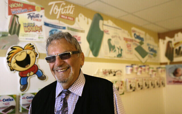 Illustration : David Mintz dans son entreprise Tofutti, à Cranford, NJ, le 23 août 2013. (AP Photo / Julio Cortez)