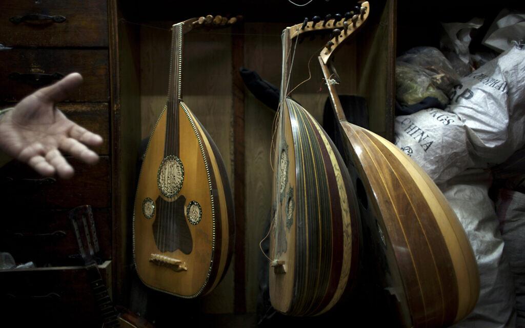 Un spécialiste des instruments musicaux égyptiens,  Khadr Dagher, 65 ans, parle de l'instrument connu sous le nom de Oud dans son magasin, rue  Mohammed Ali dans le centre du Caire, le 8 janvier 2013. (Crédit :  AP Photo/Nasser Nasser)
