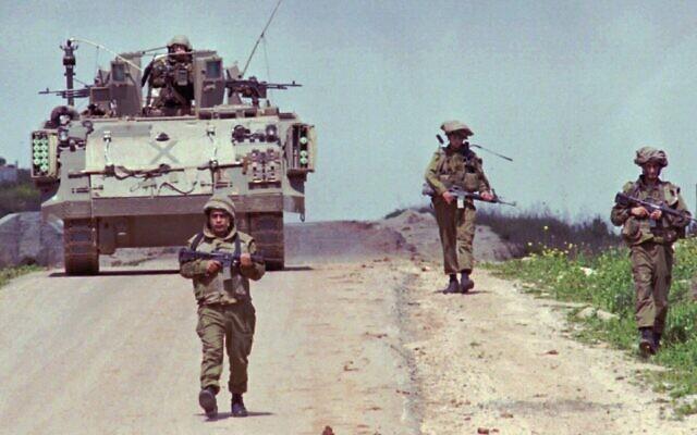 Des soldats israéliens patrouillent sur une route dans le sud du Liban sous contrôle israélien, le 31 mars 1996. (Crédit : AP Photo/Yaron Kaminsky/Archive)