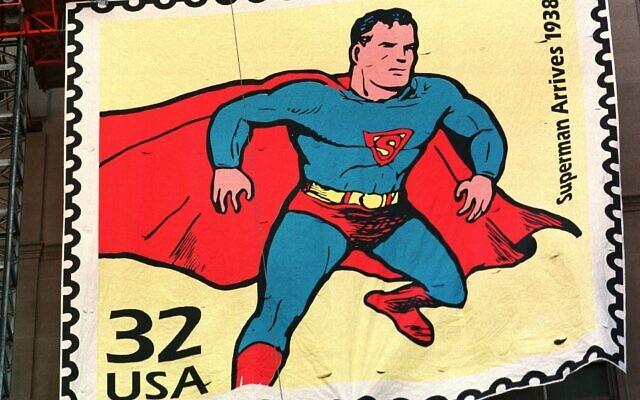 La réplique d'un timbre Superman posée sur 5 étages de la  Terminal Tower, à Cleveland, le 10 septembre 1998. (Crédit : AP Photo/Tony Dejak)