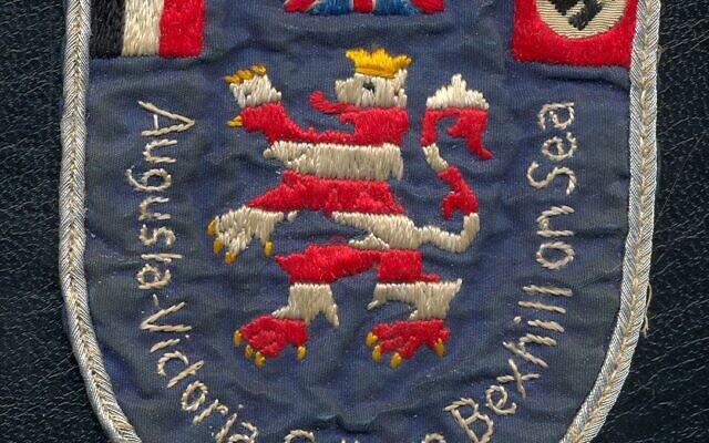 Insigne original de l'Augusta Victoria College avant 1935. L'insigne présente le drapeau britannique, le drapeau impérial allemand et le drapeau nazi (croix gammée). (Autorisation : Bexhill Museum)
