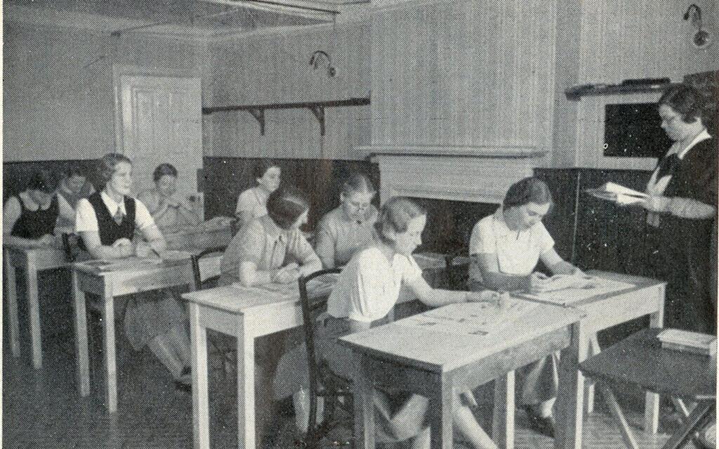 Photo d'étudiantes lisant des journaux au Augusta Victoria College, Bexhill-on-Sea, présentée dans un prospectus autour de 1935. (Musée Bexhill)