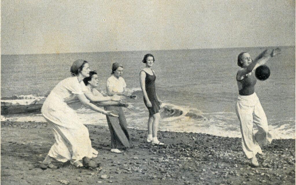Photo d'étudiantes du Collège Augusta Victoria sur la plage de Bexhill-on Sea, présentée dans un prospectus autour de 1935. (Musée Bexhill)