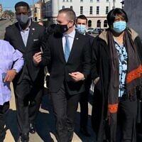 L'ambassadeur d'Israël aux États-Unis Gilad Erdan (au centre) au pont Edmund Pettus à Selma, Alabama, avec des dirigeants de la communauté afro-américaine, le 22 février 2021. (Ambassade d'Israël à Washington)