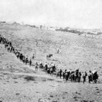L'évacuation des orphelins arméniens de l'orphelinat américain du Near East Relief à Kharpert, menacé par les forces kémalistes. (Crédit : Pictures from History / Bridgeman Images / 1922)