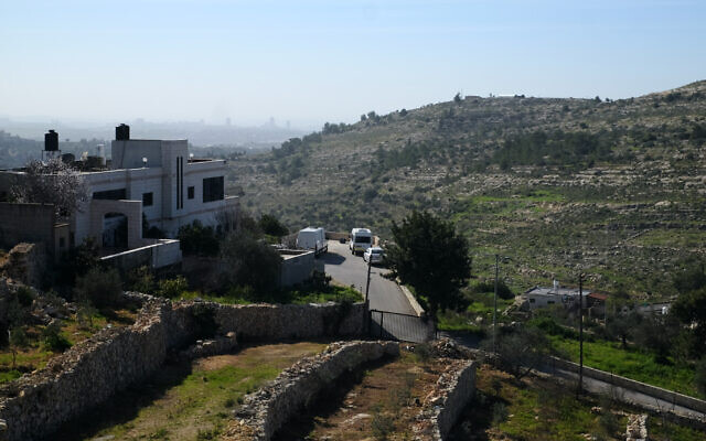 Vue de l'avant-poste de la ferme Sdeh Efraim depuis le village de Ras Karkar en Cisjordanie, le 11 février 2021. (Crédit : Judah Ari Gross/Times of Israel)