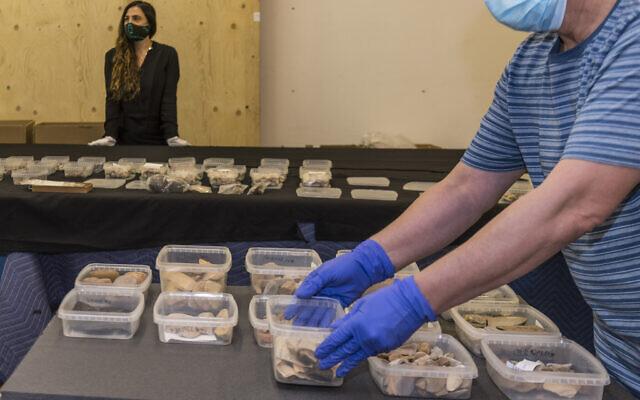 Des artéfacts aborigènes d'une collection du musée d'Israël qui ont été restitués à l'Australie dans le cadre de la recherche aborigène, une initiative qui avait commencé en 2019. (Autorisation : Musée d'Israël)