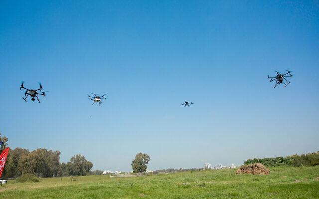 Des drones volant près de la ville de Hadera le 17 mars 2021, dans le cadre d'un projet pilote mené par l'Autorité israélienne de l'innovation avec des partenaires et des startups pour créer un réseau de livraisons par drone en Israël. (Autorisation)
