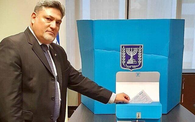 Ran Yaakoby, ambassadeur d'Israël en Nouvelle-Zélande, dépose son bulletin de vote lors de l'ouverture du vote anticipé pour les diplomates aux prochaines élections, le 10 mars 2021 (Crédit : ministère des Affaires étrangères).