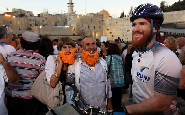 Le cycliste israélien Roei Sadan avec des amis et des membres de sa famille dans la Vieille Ville de Jérusalem, le 14 septembre 2011, après avoir achevé un tour du monde à vélo qui a duré 1 458 jours, et parcouru 42 pays, 6 continents et 66 000 kilomètres. (Crédit : Kobi Gideon / Flash90)