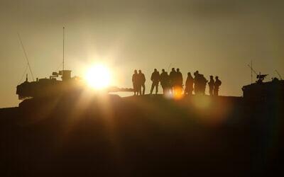 Des soldats lors d'un exercice de l'armée dans le sud du désert de Judée. (Crédit : Moshe Shai/FLASH90)