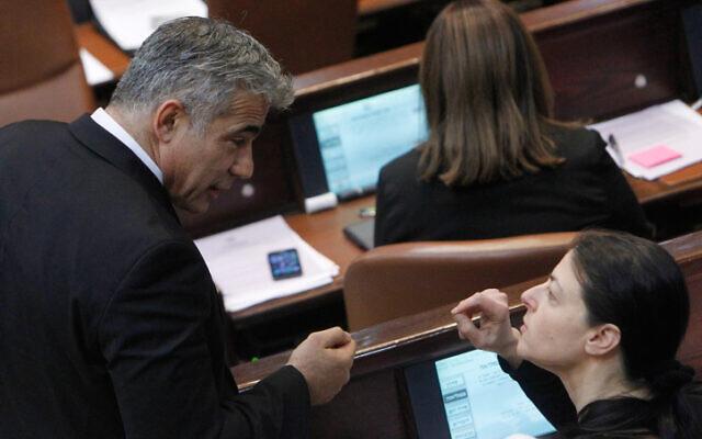 Le président de Yesh Atid, Yair Lapid, (à gauche), discutant avec la députée travailliste Merav Michaeli lors d'une session plénière à la Knesset, le 5 juin 2013. (Miriam Alster/Flash90)