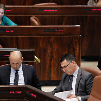 Le Premier ministre Benjamin Netanyahu (à droite) à la Knesset le 29 juillet 2013. Naftali Bennett (à gauche) et Gideon Saar sont assis au premier plan. (Miriam Alster/FLASH90)