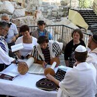 Office religieux à l'espace de prière pluraliste du mur Occidental, le 17 juillet 2014. (Gershon Elinson/Flash90)