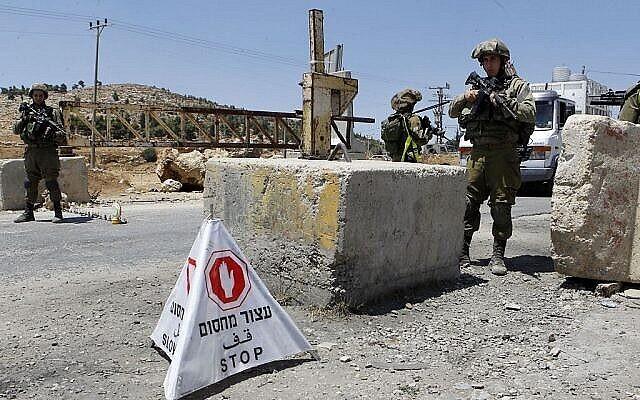 Illustration : des soldats de Tsahal gardent un poste de contrôle en Cisjordanie, le 16 août 2016. L'armée a signalé dimanche une tentative d'attaque à la voiture-bélier contre des soldats sur un parking de Cisjordanie. (Wisam Hashlamoun / Flash90)