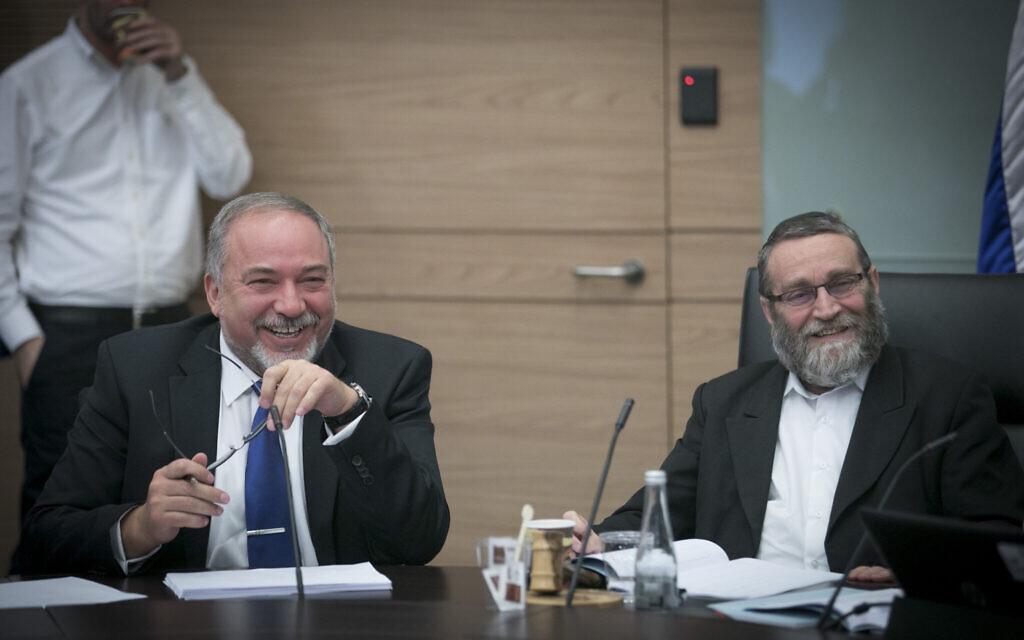 Avigdor Liberman, alors ministre de la Défense, (à gauche), avec le président de la commission des finances de la Knesset, le député Moshe Gafni, lors d'une réunion de la commission des finances à la Knesset, le 6 décembre 2016. (Yonatan Sindel/ Flash90)
