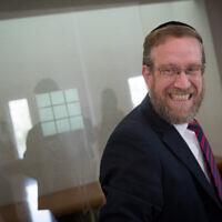 Le rabbin Yitzhak Pindrus arrive pour une audience à la Cour suprême de Jérusalem concernant sa disqualification de la candidature au poste de maire d'Elad lors des prochaines élections, le 22 octobre 2018. (Photo par Yonatan Sindel/Flash90)