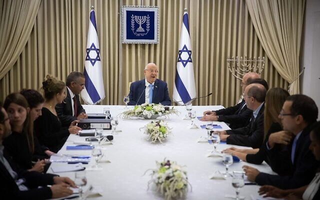 Des membres du parti Kakhol lavan rencontrent le président Reuven Rivlin à la résidence du président à Jérusalem, le 22 septembre 2019. (Yonatan Sindel/Flash90).