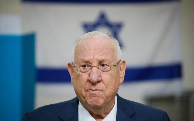Le président Reuven Rivlin jette un bulletin dans l'urne dans un bureau de vote de Jérusalem, pendant les élections à la Knesset, le 2 mars 2020. (Crédit : Olivier Fitoussi/ Flash90)