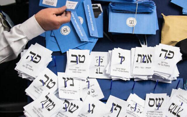 Des Israéliens comptent les bulletins de vote restants au Parlement israélien à Jérusalem, au lendemain des élections générales, tôt le 4 mars 2020. (Olivier Fitoussi/Flash90)