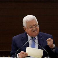 Le président de l'Autorité palestinienne Mahmoud Abbas prend la parole lors d'une réunion des dirigeants palestiniens à Ramallah, en Cisjordanie, le 3 septembre 2020. (Flash90)