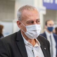 Le responsable israélien de la lutte contre le coronavirus, le professeur Nachman Ash, dans un centre de vaccination à Herzliya, le 20 décembre 2020. (Flash90)