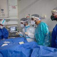 Des membres de l'équipe de l'hôpital Hadassah Ein Kerem portent des équipements de sécurité en travaillant dans le pavillon réservé au coronavirus, le 1er février 2021. (Olivier Fitoussi/Flash90)