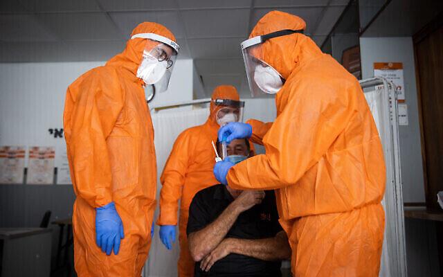 Le personnel médical de United Hatzalah teste un patient pour la COVID-19 à Jérusalem le 10 février 2021. (Crédit : Yonatan Sindel / Flash90)