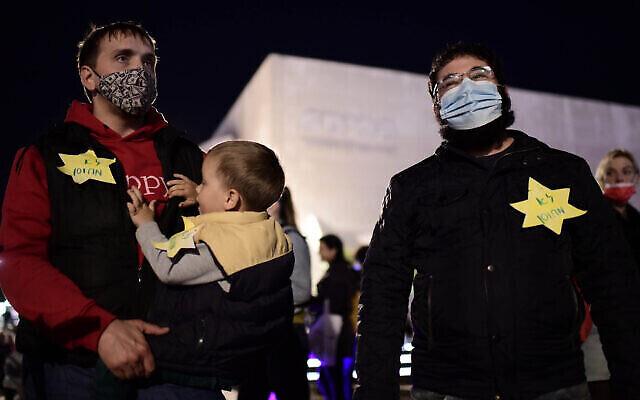 """Des Israéliens portent une étoile jaune disant """"non-vaccinés"""" lors d'une manifestation à Tel Aviv, le 15 février 2021. (Crédit : Tomer Neuberg/FLASH90)"""
