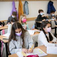 Des élèves de CM2 à l'école élémentaire Alomot à Efrat, le 21 février 2021. (Gershon Elinson/Flash90)