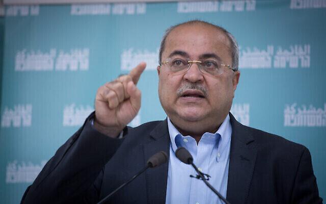 Ahmad Tibi, membre de la Liste arabe unie, s'est exprimé lors d'une conférence de presse présentant la campagne électorale en hébreu de la Liste arabe unie à Tel Aviv, le 23 février 2021. (Crédit : Miriam Alster / Flash90)