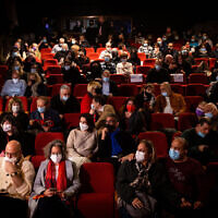 Les spectateurs au théâtre Khan à Jérusalem le 23 février 2021. (Crédit : Yonatan Sindel/Flash90)
