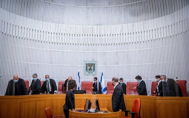 Illustration : Les juges arrivent pour une audience à la Cour suprême de Jérusalem, le 24 février 2021. (Crédit : Yonatan Sindel/Flash90)