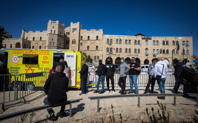 Des habitants de Jérusalem-Est se font vacciner contre la COVID-19 à la porte de Damas, dans la Vieille Ville de Jérusalem, le 26 février 2021. (Crédit : Olivier Fitoussi/Flash90)