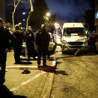 La police sur la scène d'un accident dans le quartier ultra-orthodoxe de Mea Shearim à Jérusalem le 28 février 2021 (Crédit :  Noam Revkin Fenton/Flash90)