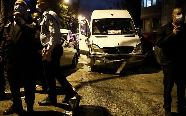 La police se trouve sur la scène où un homme a été blessé après avoir été renversé par une voiture dans le quartier ultra-orthodoxe de Mea Shearim à Jérusalem, le 28 février 2021. (Noam Revkin Fenton/Flash90)