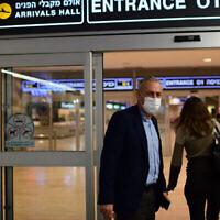 Le tsar du coronavirus Nachman Ash à l'aéroport Ben Gurion le 1er mars 2021. (Tomer Neuberg / Flash90)