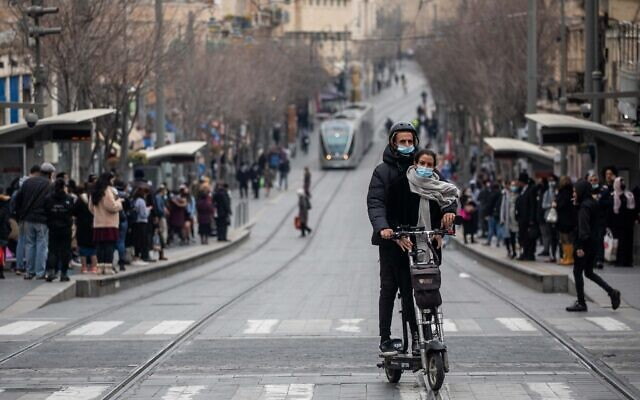 Des habitants de Jérusalem sur Jaffa Street, à Jérusalem, le 1er mars 2021. (Crédit : Yonatan Sindel/Flash90)