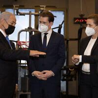 Le Premier ministre Benjamin Netanyahu, le Chancelier autrichien Sebastian Kurz et la Première ministre du Danemark Mette Frederiksen visitent un club de gym, à Modiin, le 4 mars 2021. (Avigail Uzi/POOL)